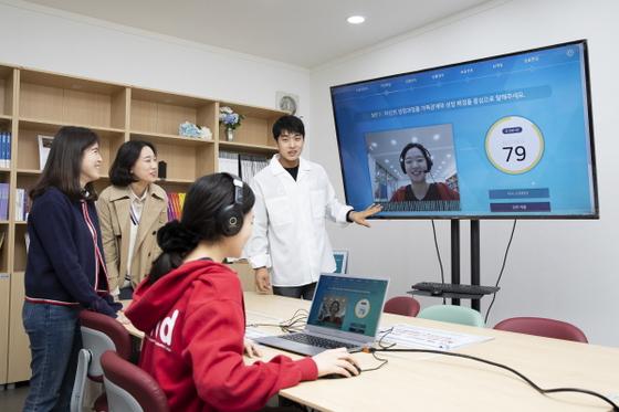 〈숙명여대 대학일자리센터에서 제공하는 AI면접을 재학생들이 받고 있다〉