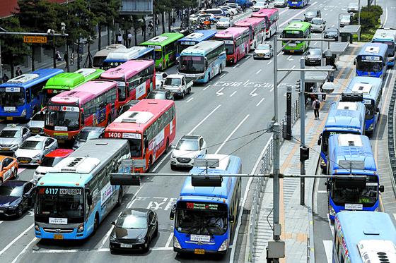 15일 오전 서울 용산구 서울역버스종합환승센터에서 시내버스가 정상 운행하고 있다. [뉴시스]