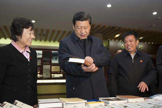 2013년 11월 중국 산둥성 취푸의 공자연구원을 참관해 서적을 둘러보고 있는 시진핑 중국 국가주석. [중국 신화망 캡처]
