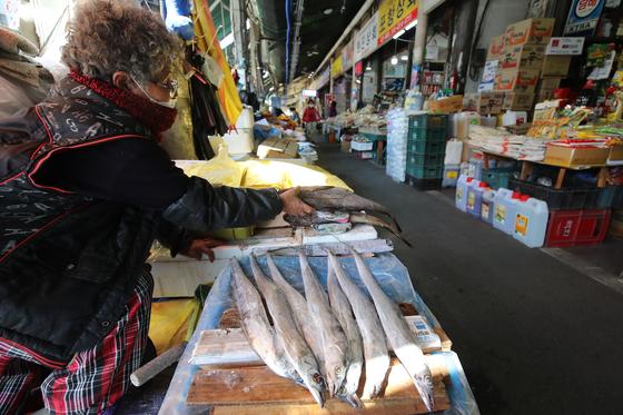지난 8일 대구 북구 칠성시장에서 한 상인이 생선을 정리하고 있다. 신종 코로나바이러스 감염증(코로나19) 여파로 찾은 발길 끊어진 전통시장은 한산한 모습이다. [뉴스1]