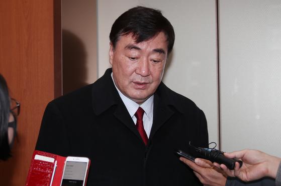 싱하이밍(邢海明) 주한 중국대사가 지난 2월 서울 도렴동 외교부 청사로 들어오며 기자들의 질문에 답하고 있다. [연합뉴스]