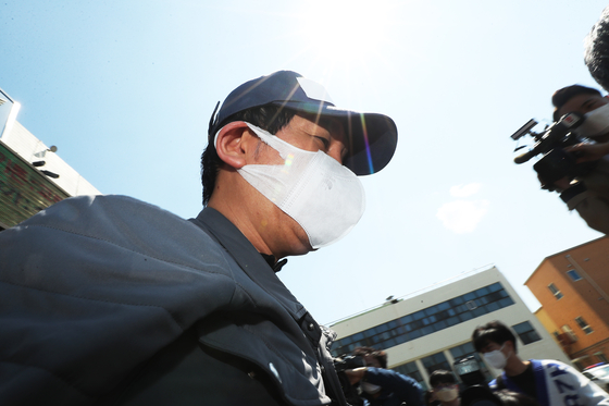 김봉현 스타모빌리티 회장이 26일 오후 경기도 수원남부경찰서 유치장에서 나오고 있다. 연합뉴스