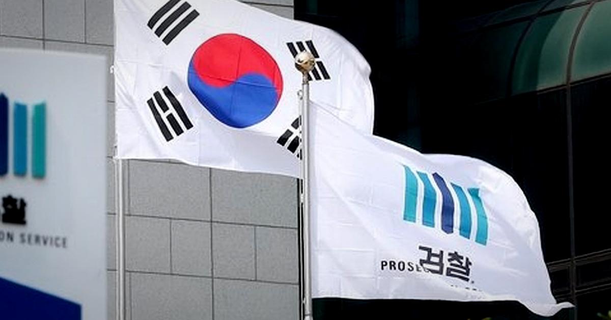 서울 서초구 서울중앙지검에 걸린 검찰 깃발이 바람에 날리고 있다. 뉴스1