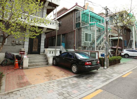 서울시 구로구는 담장을 허물어 만든 주차장에 사물인터넷(IoT)센서를 부착해 '공유 주차장'으로 활용할 수 있도록 지원하고 있다. [사진 구로구]
