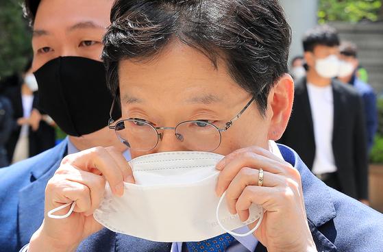 댓글조작 혐의로 기소된 김경수 경남도지사가 27일 서울고등법원에서 열리는 항소심 공판에 출석하고 있다. [뉴스1]