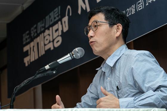 진중권 전 동양대 교수가 지난 2월 21일 서울 중구 프레스센터에서 열린 규제개혁당 시·도당 창당발기인 대회에서 '공정사회와 규제개혁'을 주제로 특별강연하고 있다.뉴스1