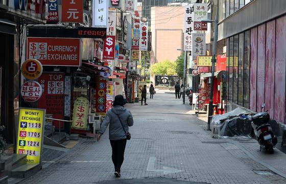 신종 코로나바이러스 감염증(코로나19) 영향으로 3월 소비가 전월 대비 1%, 산업생산이 0.3% 감소했다. 사진은 28일 한산한 서울 중구 명동 거리. 뉴스1