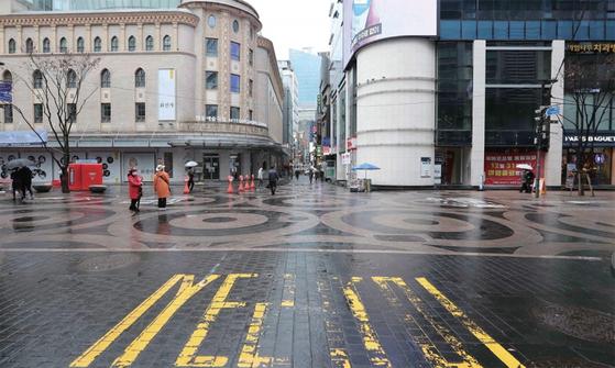 3월 초, 외국인 관광객들과 쇼핑객들로 북적이던 서울 명동거리가 텅 비어 있다.