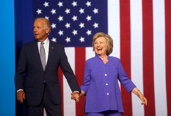 2016년 미국 대선 당시 민주당 후보였던 힐러리 클린턴(오른쪽)과 조 바이든이 함께 한 모습. 힐러리는 28일(현지시간) 바이든 공개 지지를 선언했다. [AFP=연합뉴스]