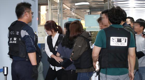 미국 대사관저에 무단침입한 학생들이 영장심사 출석하고 있다. 연합뉴스