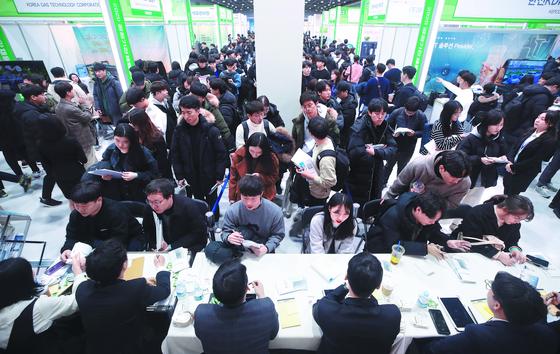 올 1월 8일 서울 서초구 aT센터에서 열린 2020 공공기관 채용정보 박람회를 찾은 학생과 구직자들이 채용 관련 상담을 받고 있다. 연합뉴스〉