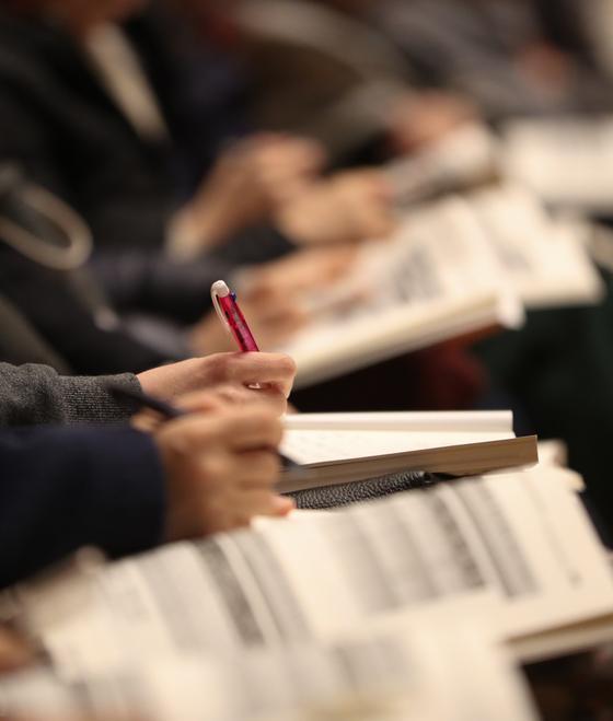 지난해 12월 10일 서울 노원구 광운대학교에서 열린 2020 대입 정시전형 대비 학부모 대상 진학설명회에서 수험생 학부모들이 입시전문가의 설명을 듣고 있다. 뉴스1