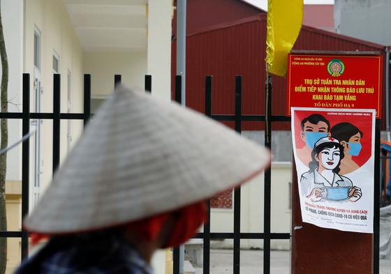지난 22일 베트남에서 한 남성이 마스크를 쓴채 자전거를 타고 가고 있다. [로이터=연합뉴스]