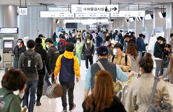 27일 오전 서울 강서구 김포공항 국내선 청사가 붐비고 있다. 6일간의 황금연휴를 앞두고 코로나19로 해외여행이 불가능한 탓에 제주 등으로 여행 수요가 몰릴 것으로 예상되고 있다. 연합뉴스