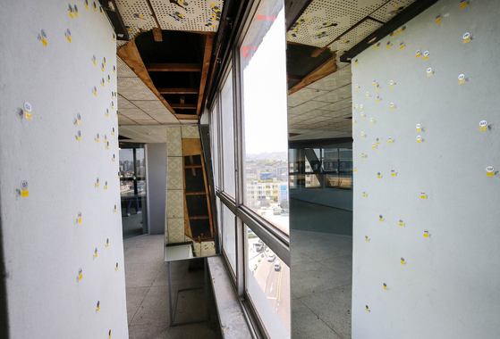 다음달 8일 개관하는 광주 시 동구 '전일빌딩 245' 내부에 남아있는 탄흔. 프리랜서 장정필