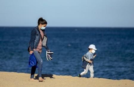 코로나19 확산 우려 속 스페인 해변을 거니는 시민들. AP=연합뉴스