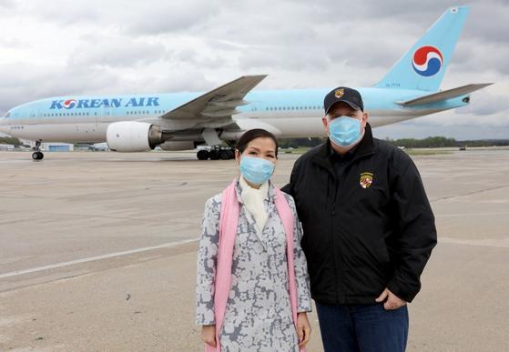 래리 호건 메릴랜드 주지사(오른쪽)가 아내인 유미 호건 여사와 공항에서 한국 진단 키트를 맞이하고 있다. [래리 호건 주지사 트위터 캡처]