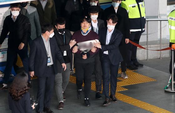 텔레그램에서 성 착취물을 유포한 혐의를 받는 '박사방' 운영자 조주빈(25)이 지난 3월 서울 종로구 종로경찰서에서 서울중앙지방검찰청으로 이송되고 있다. [뉴스1]
