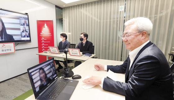 김준 SK이노베이션 총괄 사장은 최근 코로나19 사태로 인해 중단될 위기에 처했던 온라인 인력채용 현장을 점검하고 '비상한 방법을 통한 위기극복'을 주문했다. [사진 SK이노베이션]