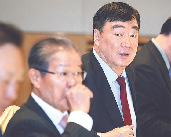 싱하이밍 주한 중국대사(오른쪽)는 28일 서울 여의도 전경련회관에서 열린 주한 중국대사 초청 기업인 조찬간담회에 참석했다. [뉴스1]