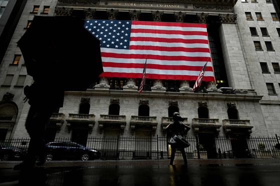 지난 3월 19일 미국 뉴욕에 있는 증권거래소. 코로나19 사태로 미국 경제가 셧다운 되면서 6주 동안 3000만 명 넘는 미국인이 일자리를 잃었다. [AFP=연합뉴스]