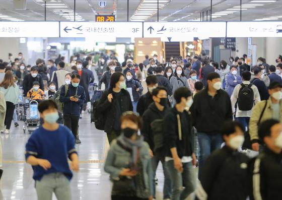 정부가 고강도 사회적 거리두기를 제한적으로 완화한 가운데 황금연휴가 시작된 30일 오전 제주국제공항 1층 국내선 도착장이 관광객들의 발길로 붐비고 있다. 뉴시스