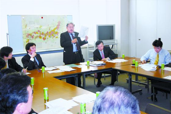 독도 영유권 갈등이 불거진 2005년 4월 최서면 국제한국연구원장이 일본 국회의원들의 요청으로 자신의 연구 성과를 설명하면서 '독도는 일본 땅' 주장의 문제점들을 지적하고 있다.