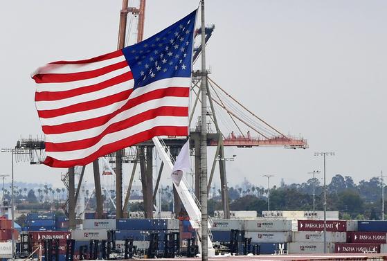 미국 로스앤젤레스의 산페드로 항만에 나부끼는 성조기. 미국도 코로나19의 늪에 빠져 경기 침체에 빠질 것인가. 지난 29일(현지시간) 발표된 GDP 성장률은 -4.8%로, 6년만에 처음으로 역성장을 기록했다. AFP=연합뉴스