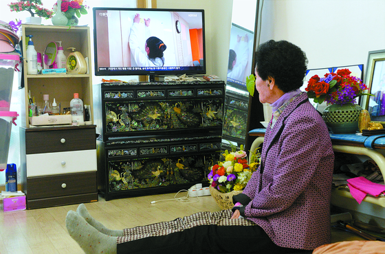 101세인 이삼추 할머니가 29일 대전시 자택에서 TV를 시청하고 있다. 이 할머니는 코로나19 사태가 터진 이후 여가를 보낼 곳이 없어 집에서만 시간을 보내고 있다. 프리랜서 김성태