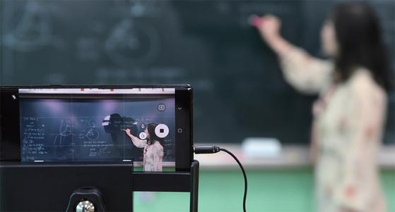 코로나19 확산으로 개학이 연기되고 온라인 수업으로 대체됐다. 교사들에겐 생소하지만 포노 사피엔스들에게 영상 수업은 이미 익숙한 방법이다. / 사진:연합뉴스