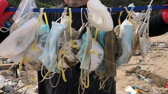 코로나19 사태 이후 홍콩 소코섬에 떠내려 온 버려진 마스크들. [오션스아시아 홈페이지 캡처]
