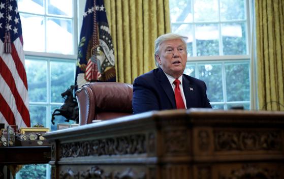 29일 도널드 트럼프 미국 대통령이 백악관 집무실에서 로이터통신과 인터뷰를 진행하고 있다. 로이터=연합뉴스