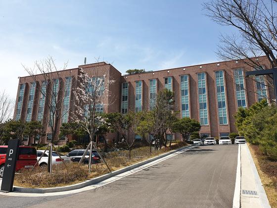 지난 17일부터 경기도 제2호 생활치료센터로 운영 중인 용인시 처인구 남사면에 있는 기아자동차 오산교육센터. 연합뉴스