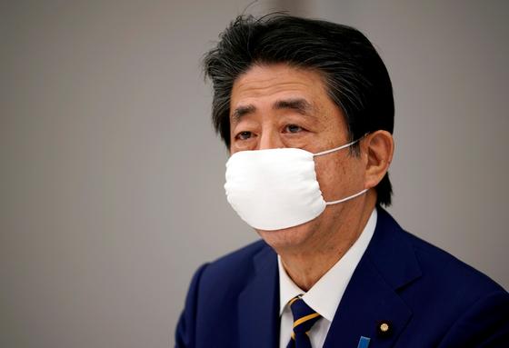 지난 4월 7일 아베 총리가 총리관저에서 열린 감염대책본부 회의를 주재하고 있다. [로이터=연합뉴스]