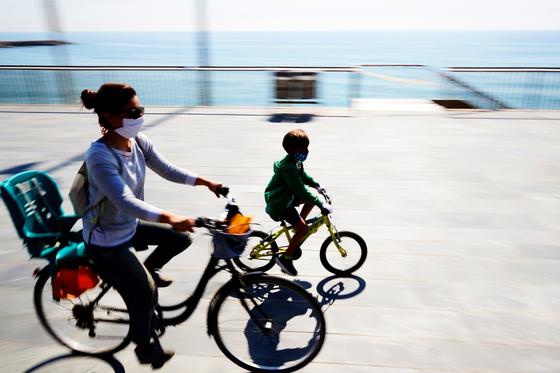 미국과 유럽 등지에서는 코로나19 시대 이동수단으로 자전거가 각광을 받으며 매출이 급증하고 있다. 지난 26일 스페인 바르셀로나에서 여성과 아동이 자전거를 타고 이동하고 있다. [EPA=연합뉴스]