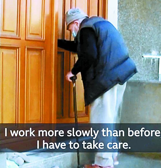 일주일에 한번씩 파리 외곽의 양로원에 지팡이를 짚고 왕진 다니는 프랑스 최고령 의사 크리스티안 슈나이(99). [BBC 캡처]