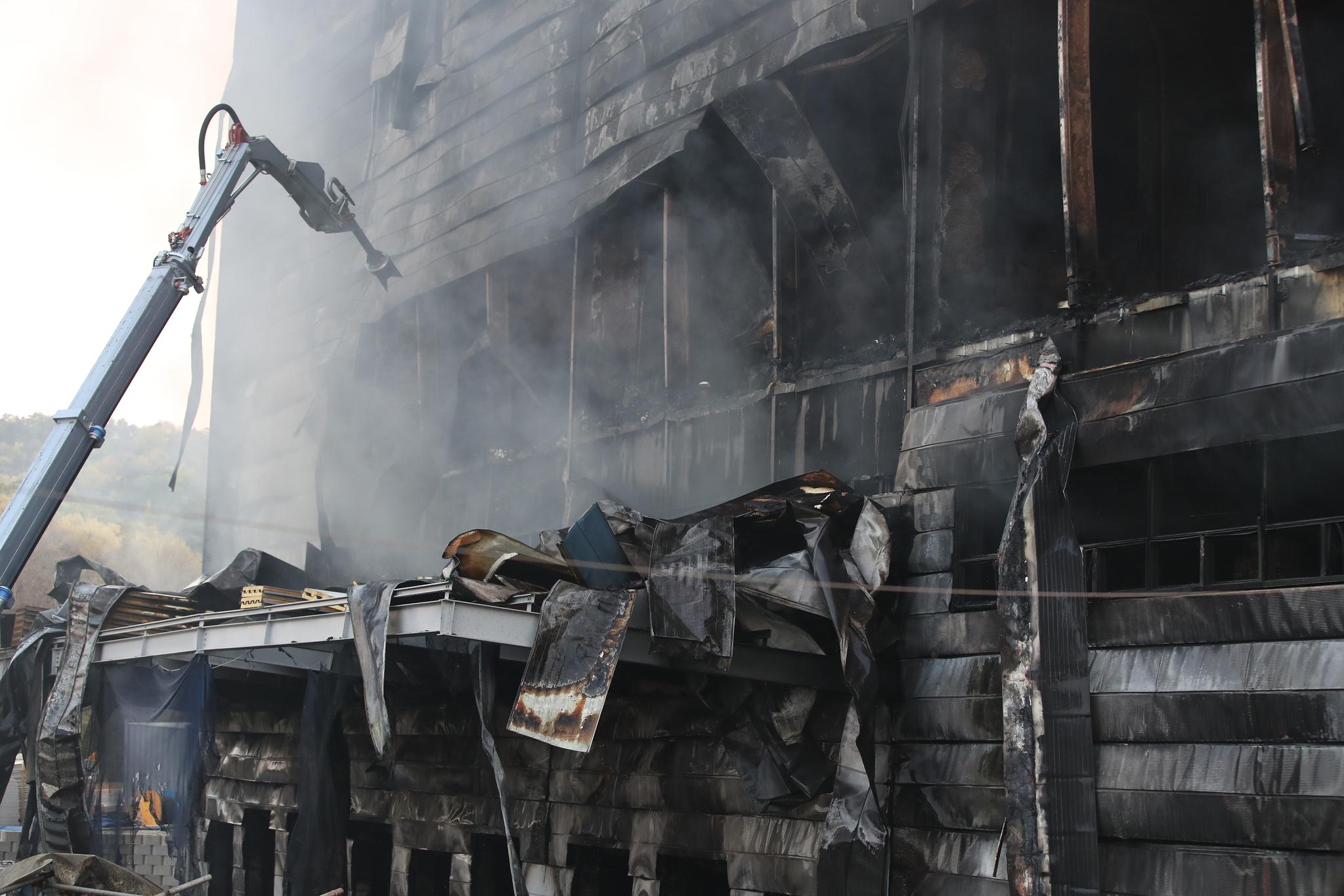 29일 오후 경기도 이천시 모가면 물류창고 공사 현장에서 발생한 화재로 건물이 검게 그을려 있다. 뉴스1