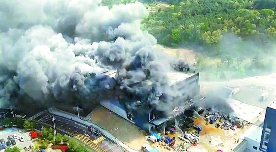 29일 오후 1시 32분께 경기도 이천시 모가면 소고리 물류창고 공사 현장에서 화재가 발생, 소방당국이 화재 진압을 하고 있다. 뉴시스
