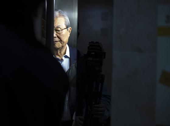 김종인 전 총괄선거대책위원장이 29일 서울 광화문 인근에 위치한 사무실을 나서고 있다. 연합뉴스