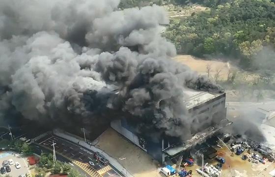 29일 경기도 이천시 모가면의 한 물류창고 공사 현장에서 화재가 발생해 검은 연기가 치솟고 있다. 화재 당시 현장에는 78명이 작업을 하던 것으로 알려졌다. 이날 자정 현재 38명의 사상자가 발생 했다. 작업 인력 중 연락이 닿지 않는 사람이 있어 인명 피해가 더 늘어날 것으로 보인다. [뉴시스]