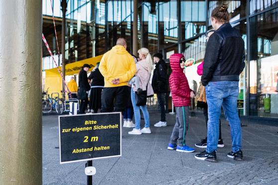 지난 20일 독일의 수도 베를린에 있는 한 자전거 가게 앞에 사람들이 줄을 서 있다. [신화=연합뉴스]