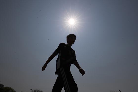 30일부터 기온이 오르면서 5월 초 황금연휴 내내 초여름 날씨가 예상된다. 30일은 낮 최고 29도, 5월 1일부터는 낮 최고기온이 30도를 넘는 곳이 있을 것으로 보인다. 연합뉴스