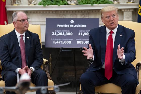 """도널드 트럼프 대통령이 29일(현지시간) 백악관에서 존 벨 에드워드 루이지애나 주지사와 만나 """"여러분은 한국 칭찬을 많이 들었겠지만 정작 문재인 대통령은 미국이 어떻게 믿기 어려울 정도 검사를 했느냐고 칭찬했다""""라고 말했다.[EPA=연합뉴스]"""