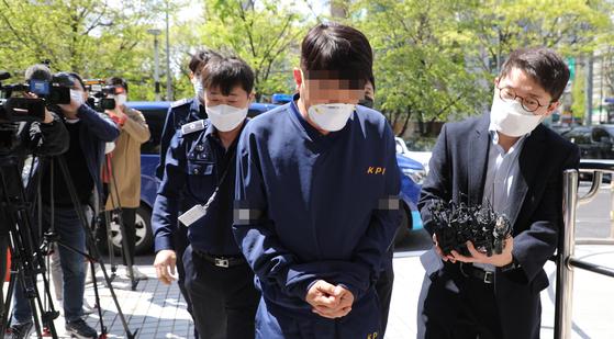 라임 사태 관련 뇌물 혐의 등을 받는 김모 전 청와대 행정관이 지난달 18일 영장실질심사를 받기 위해 서울남부지법으로 들어가고 있다. 연합뉴스