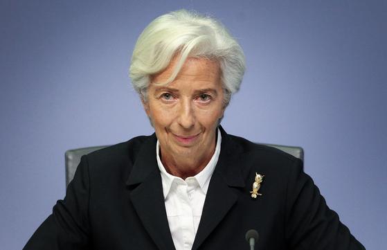 """유럽중앙은행(ECB)의 크리스틴 라가르드 총재. 파이낸셜타임스(FT)는 최근 """"코로나19로 유로존이 붕괴 위기""""라며 """"EU의 유일한 구세주는 ECB뿐""""이라는 칼럼을 실었다. AFP=연합뉴스"""