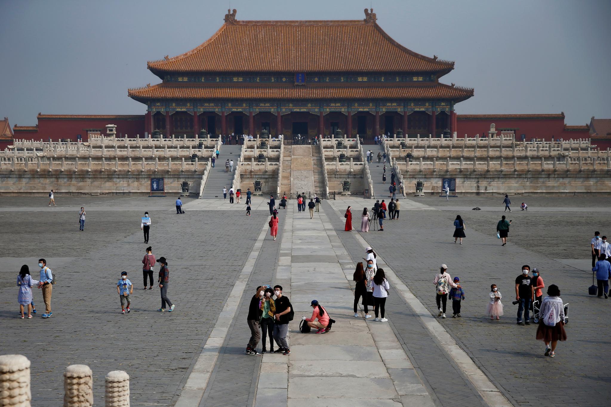 1일 다시 문을 연 베이징 자금성에 관광객들이 입장하고 있다. 로이터=연합뉴스