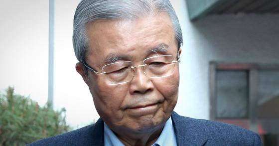 김종인 전 미래통합당 총괄선거대책위원장이 4월 27일 오전 서울 종로구 자택을 나서고 있다. [연합뉴스]