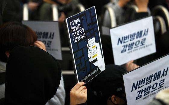 텔레그램에 '박사방'을 열고 미성년자를 포함한 여성들을 대상으로 성착취 범죄를 저지른 '박사' 조주빈(25)이 지난 3월 서울 종로구 종로경찰서에서 검찰로 송치되고 있다. 강정현 기자