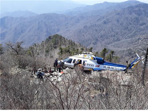 지리산 천왕봉 하단에 불시착한 경남 소방 헬기. 국립공원공단