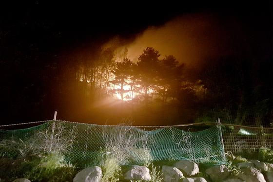 1일 오후 강원 고성군 토성면 한 야산에서 화재가 발생, 불길이 치솟고 있다. 동부지방산림청 제공-뉴스1